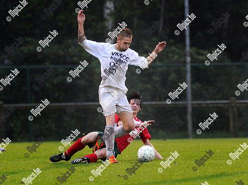 2012-05-10 / Voetbal / seizoen 2011-2012 / Eindronde / Gooreind-Antonia / Tristan Dermaut is Jesse Huygen (Antonia) te snel af...Foto: Mpics.be