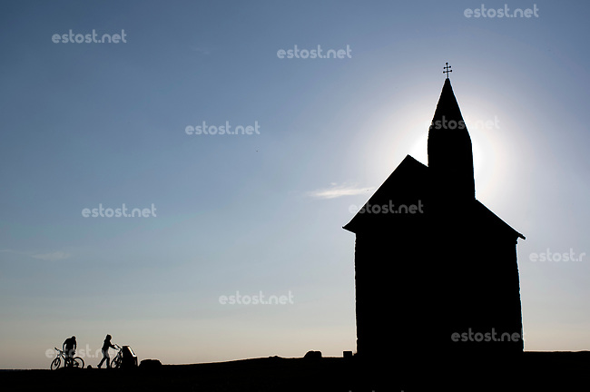SLOWAKEI, 04.2017, Nitra. Die Kapelle des Dorfes Drazovce am Stadtrand ist ein beliebtes Ausflugsziel auch fuer Radfahrer. | Beyond the city, the chapel of the village of Drazovce is a popular destination even for bikers.<br /> &copy; Martin Fejer/EST&amp;OST