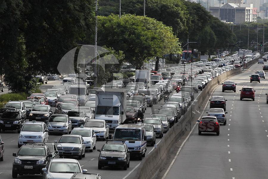 SAO PAULO, SP, 28-04-2014, TRANSITO. Transito carregado na manhã dessa segunda-feira(28) na Av Tiradentes em direção a zona sul da capital paulista.   Luiz Guarnieri/ Brazil Photo Press.