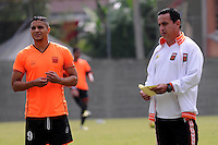 ENVIGADO -COLOMBIA-10-01-2014. Diego Álvarez (Izq) y Juan Carlos Sánchez (der) jugador y técnico de Envigado dialogan previo al partido amistoso con Once Caldas en la pretemporada de la Liga Postobón I 2014 realizado en el Polideportivo Sur de la ciudad de Envigado./ Diego Alvarez (L) y Juan Carlos Sanchez (R) player and coach of Envigado dialogue prior a friendly match against Once Caldas on  preseason of the Postobon League I 2014 at Polideportivo Sur in Envigado city.  Photo: VizzorImage/Luis Ríos/STR