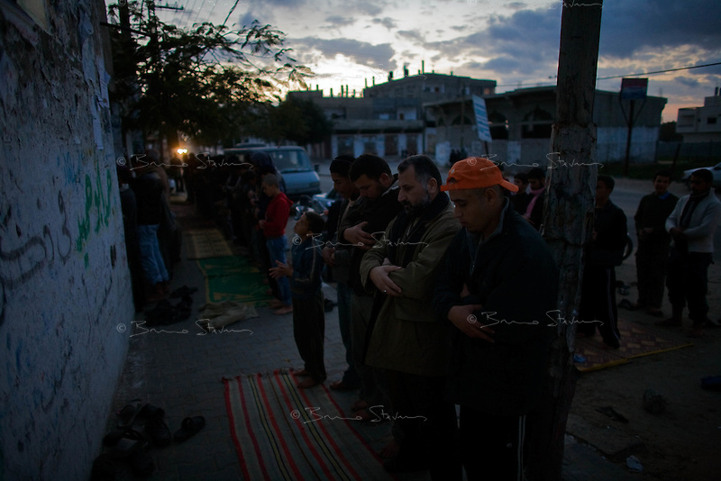Rafah, Gaza strip, Jan 11, 2009.The evening prayer in the streets of Rafah, as many mosques are targeted by the Israeli air force.