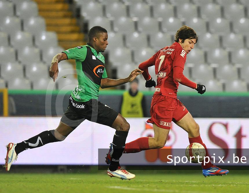 Cercle Brugge - KV Kortrijk : Pablo Chavarria aan de bal voor Francis Dickoh.foto VDB / BART VANDENBROUCKE