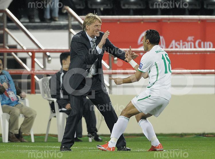 Fussball AFC Asian Cup 2011    11.01.2011 Irak - Iran Irak Trainer Wolfgang Sidka (li, GER) jubelt mit Ala a Abdulzehra (Irak)