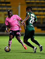 BOGOTA - COLOMBIA -21 -10-2016: Amaury Torralvo (Der.) jugador de La Equidad disputa el balón con Deiner Cordoba (Der.) jugador de Boyaca Chico FC, durante partido entre La Equidad y Boyaca Chico FC, por la fecha 17 de la Liga Aguila II-2016, jugado en el estadio Metropolitano de Techo de la ciudad de Bogota. / Amaury Torralvo (R) player of La Equidad vies for the ball with Deiner Cordoba (L) player of Boyaca Chico FC, during a match La Equidad and Boyaca Chico FC, for the  date 17 of the Liga Aguila II-2016 at the Metropolitano de Techo Stadium in Bogota city, Photo: VizzorImage  / Luis Ramirez / Staff.