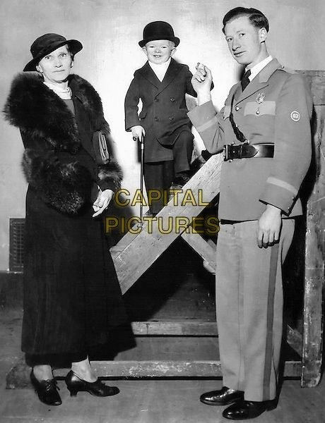 Clarence Howerton aka Major Mite With his mother.*Filmstill - Editorial Use Only*.CAP/PLF.Supplied by Capital Pictures.