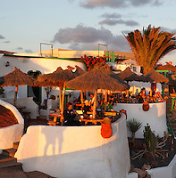 Spain, Canary Island, Lanzarote, bei Playa Blanca: Cafe and restaurant above Playa del Papagayo at sunset | Spanien, Kanarische Inseln, Lanzarote, bei Playa Blanca: Restaurant und Cafe am Playa del Papagayo im letzten Sonnenlicht
