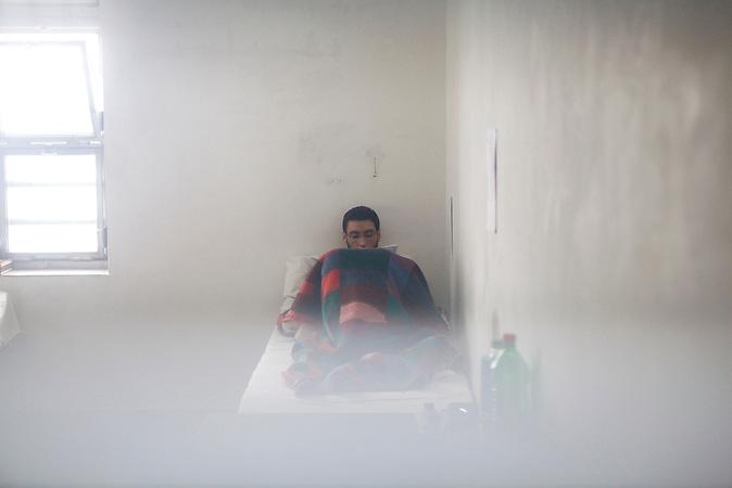 Ein Flüchtling in seiner Zelle im Flüchtlingsgefängnis von Nyirbátor / A refugee in his jail cell in the refugee prison of Nyirbátor