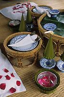 """Asie/Thaïlande/Env de Chiang Mai : Réception à la """"Mae Sa Valley Resort"""" - Détail de la table, les couvercles des verres"""