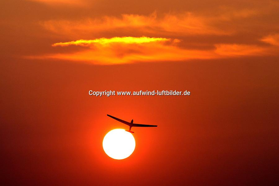 noch ohne Nummer/Start:DEUTSCHLAND, HAMBURG, BOBERG, 04.08.2004: Segelflugstart in den Abendhimmel, Segelflug, Segelflugzeug, ASK 13, Windenstart, Sonne, Abendhimmel, Abendrot, rot, Luftsport,