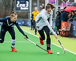 AMSTELVEEN -  Felice Albers (A'dam) met Josephine Murray (Pin)     tijdens de hoofdklasse competitiewedstrijd dames, Pinoke-Amsterdam (3-4). COPYRIGHT KOEN SUYK