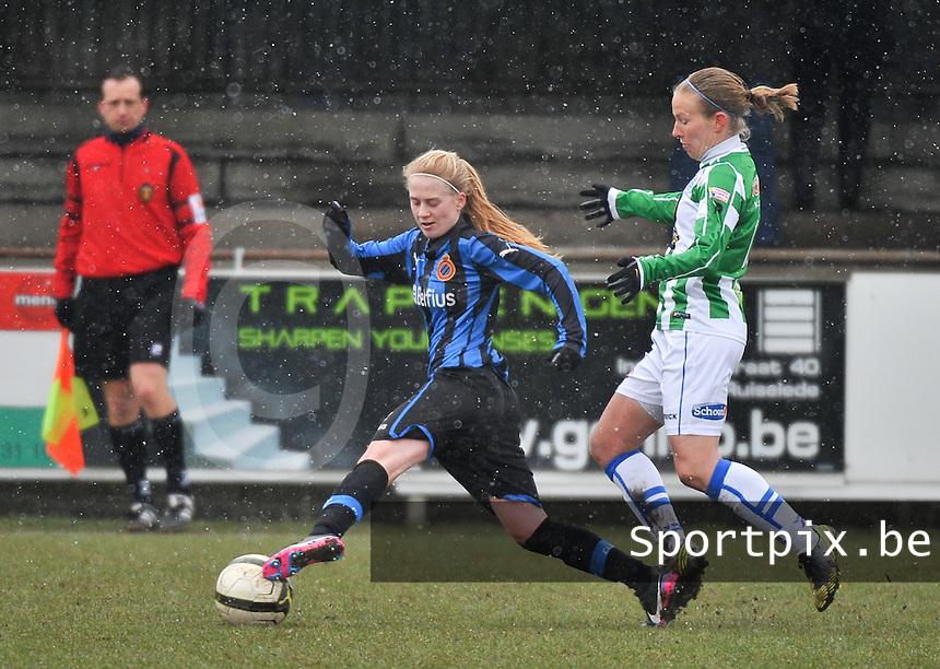 Club Brugge Dames - PEC Zwolle :  Silke Demeyere aan de bal voor Sylvia Smit.foto DAVID CATRY / Vrouwenteam.be