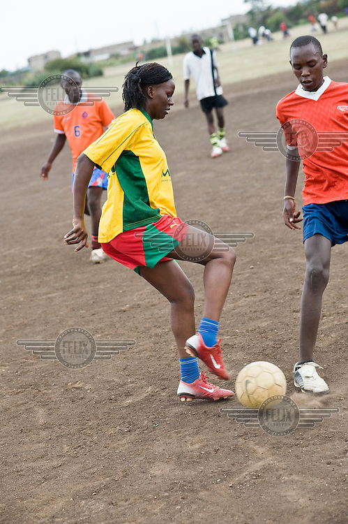21 year old Doreen Nabwire is a football star in Kenya. She is one of the most talented midfielders in Africa, who will soon embark on an international career playing for a German club. She lives with her mother and younger siblings in Kariobangi-South, a densely populated area in the east of Nairobi, and currently plays for the team MYSA (Mathare Youth Sports Association).