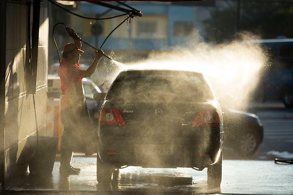 Belo Horizonte_MG, 11 de junho de 2012.<br /> <br /> BDI<br /> <br /> Carro sendo lavado em um posto de gasolina.<br /> <br /> Foto: LEO DRUMOND / NITRO