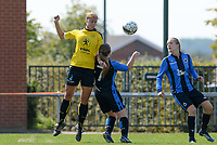 DVK Egem - Club Brugge Dames B : duel tussen  Steffi Verkindere (links) en Bo Bernaert (midden).  <br /> Foto David Catry | VDB | Bart Vandenbroucke