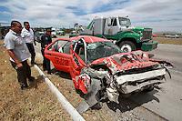 Querétaro, Qro. 18 de marzo de 2014.- Accidente en la carretera mexico qro Km 187, frente a la unifad de pesos y medidas de SCT, en direcccion a la Cd de Mexico.<br /> <br /> El Trailer de doble carga se dirigía hacia Quéretaro y a la altura del kilómetro 187 , invadió el carril contrario.<br /> Al pasar la cuneta la segunda caja de carga saltó y se le soltaron algunas cajas que transportaba. Al caer accidentaron  un taxi de San Juan Río, y un VolksWagen<br /> <br /> <br /> Foto: Gregorio Arteaga / Obture Press Agency.