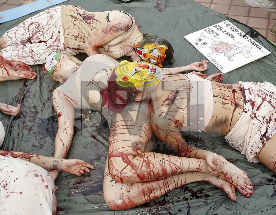 KIEV, UCRANIA, 27.09.2015 - PROTESTO-ANIMAIS - Ativistas dos direitos dos animais durante ato em Kiev na Ucrania neste domingo, 27. (Foto: Vasily Shevchenko/Brazil Photo Press)
