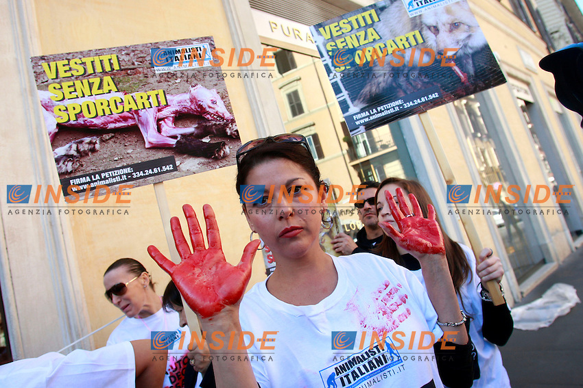 "Una manifestante con le mani insanguinate.Roma 19/10/2012 Dimostrazione degli Animalisti Italiani davanti al negozio di Dolce e Gabbana per protestare contro il sistema di sbiancamento ed invecchiamento dei jeans, la cosiddetta sabbiatura, che provoca negli operai la silicosi che li porta spesso alla malattia e alla morte..Demostration of the Italian Animalists in front of Dolce e Gabbana Store in Spanish Quare, Rome, to protest against the method they use to make jeans ""old"", that is made with sand, and the provokes hillness and death to the workers.Photo Samantha Zucchi Insidefoto"