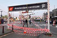 Nederland Amsterdam- mei 2018.  Rood-witte linten bij een garage op de Prins Hendrikkade.   Foto Berlinda van Dam / Hollandse Hoogte