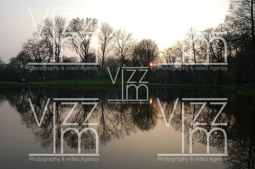 AMSTERDAM-HOLANDA- 22-04-2006. Un atardecer se refleja en el lago de un parque de Amsterdam./  Sunset is reflecting in a park lake in Amsterdam.  Photo: VizzorImage /STR