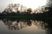 AMSTERDAM-HOLANDA- 22-04-2006. Un atardecer se refleja en el lago de un parque de Amsterdam./  Sunset is reflecting in a park lake in Amsterdam.  Photo: VizzorImage /STR