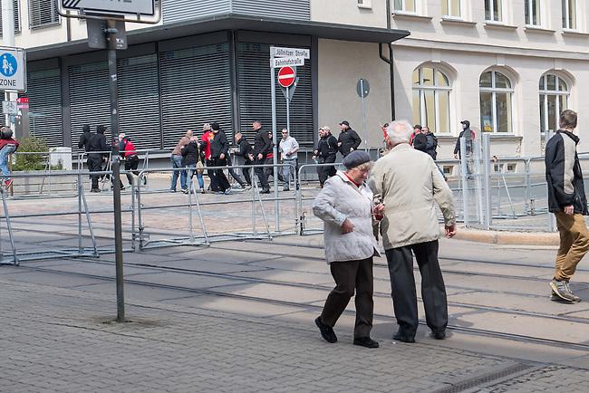 Ca. 1000 Nazis aus ganz Deutschland marschierten am Sonntag den 1. Mai 2016 im Saeschsichen Plauen auf. Die Naziorganisation 3.Weg hatte den Marsch angemeldet. Etliche Nazis waren dabei vermummt und zeigten auch den Hitlergruss, die Polizei schritt jedoch nicht ein.<br /> Nach der Haelfte der Marschroute beendeten die Nazis ihre Demonstration, da die Polizei die Marschroute verkuerzen wollte. Sie forderten die Polizei auf den Weg freizugeben. Danach griffen Aufmarschteilnehmer die Polizei an, die daraufhin Wasserwerfer, Pfefferspray, Traenengas und Schlagstoecke einsetzte. Mehrere Gruppen Nazis zogen danach durch Plauen und jagten Menschen.<br /> Nach einer Stunde bekamen die Nazis einen erneuten Aufmarsch von der Polizei genehmigt und zogen zurueck zum Bahnhof.<br /> Im Bild: Eine der Nazi-Gruppen, die durch Plauen zogen und ungehindert Jagd auf vermeindliche Gegner und Journalisten machen konnten.<br /> Links neben dem Strassenschild: Matthias Fischer aus Fuerth. Fischer hat massgeblich die verbotene Naziorganisation &quot;Freies Netz Sued&quot; geleitet. Er ist mit am Aufbau vom &quot;3. Weg&quot; in Brandenburg beteiligt und ist beteiligt am Naziversandhandel &quot;Final Resistance&quot;.<br /> 1.5.2016, Plauen<br /> Copyright: Christian-Ditsch.de<br /> [Inhaltsveraendernde Manipulation des Fotos nur nach ausdruecklicher Genehmigung des Fotografen. Vereinbarungen ueber Abtretung von Persoenlichkeitsrechten/Model Release der abgebildeten Person/Personen liegen nicht vor. NO MODEL RELEASE! Nur fuer Redaktionelle Zwecke. Don't publish without copyright Christian-Ditsch.de, Veroeffentlichung nur mit Fotografennennung, sowie gegen Honorar, MwSt. und Beleg. Konto: I N G - D i B a, IBAN DE58500105175400192269, BIC INGDDEFFXXX, Kontakt: post@christian-ditsch.de<br /> Bei der Bearbeitung der Dateiinformationen darf die Urheberkennzeichnung in den EXIF- und  IPTC-Daten nicht entfernt werden, diese sind in digitalen Medien nach &sect;95c UrhG rechtlich geschuetzt. Der Urhe