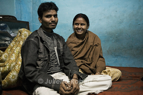 Sanjay et Aarti, r&eacute;cemment mari&eacute;s, se sont r&eacute;fugi&eacute;s trois mois dans l'abri de Pahar Ganj.<br /> <br /> Sanjay and Aarti, recently married, have spent three months in the shelter in Pahar Ganj. Aarti has been sold three times by her mother, prior to the escape with her fiance. Tonight, they'll take a train to a secret destination to start their new life.