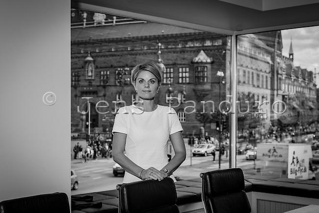 Maria Kr&uuml;ger Torp, Direkt&oslash;r i Tobaksproducenterne, R&aring;dhuspladsen 16, 1550 K&oslash;benhavn K<br /> <br />  Foto: Jens Panduro Hun er uddannet journalist fra Journalisth&oslash;jskolen i 2006 og har arbejdet hos Berlingske og BT. Foreningens nye direkt&oslash;r har desuden v&aelig;ret presser&aring;dgiver hos PFA Pension, i Skatteministeriet og hos Liberal Alliance. Den nye direkt&oslash;r tager over efter Louise Husted Feilberg, der g&aring;r p&aring; barsel