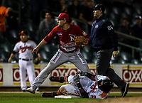 Jason Bourgeois de los naranjeros se lesiona luego de un triple para empatar 3 carreras por 3, durante juego de beisbol de la Liga Mexicana del Pacifico temporada 2017 2018. Tercer juego de la serie de playoffs entre Mayos de Navojoa vs Naranjeros. 04Enero2018. (Foto: Luis Gutierrez /NortePhoto.com)