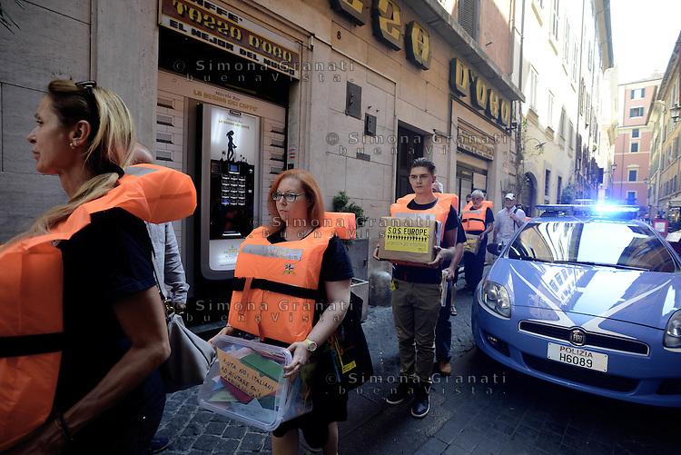 Roma, 23 Luglio 2015<br /> Flash mob sull'immigrazione «Sos Europa» di Amnesty International Italia, in occasione della consegna delle 50.000 firme e delle oltre 1700 barchette di carta raccolte in Italia e dirette al presidente del Consiglio.<br /> Prima le persone poi le frontiere