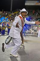 SÃO PAULO, SP, 16.02.2015, CARNAVAL 2015 - SÃO PAULO - GRUPO DE ACESSO / MORRO DE CASA VERDE: Integrantes da escola de samba Morro de Casa Verde, durante desfile do grupo de acesso do Carnaval de São Paulo, na madrugada desta segunda feira, 16. (Foto: Levi Bianco / Brazil Photo Press).