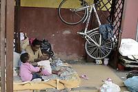 Roma, 13 Giugno 2015<br /> Vi Tiburtina.<br /> Centinaia di migranti hanno trovato rifugio nel centro di accoglienza Baobab di Via Cupa e nelle vie limitrofe.<br /> Mamma gioca con i figli nel cortile