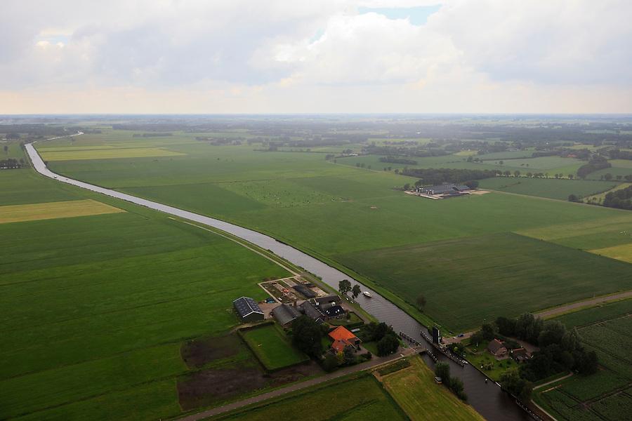Nederland, Overijssel, Steenwijk, 30-06-2011; Kanaal Steenwijk-Ossenzijl in de regen, Hesselingenbrug.Canal near Steenwijk. Bridge. .luchtfoto (toeslag), aerial photo (additional fee required).copyright foto/photo Siebe Swart