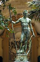 Malta, Valetta: Neptunstatue im Neptunhof des Großmeisterpalasts, dem heutigen Sitz des Parlaments | Malta, Valetta: Neptune statue at Grandmaster's palace - todays place of Parliament