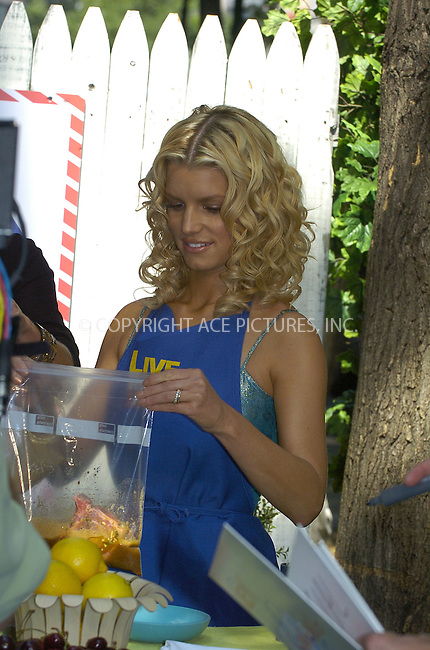 WWW.ACEPIXS.COM ** ** ** ....NEW YORK, AUGUST 4, 2005....Kelly Ripa and Jessica Simpson do a little backyard barbecue on Live with Regis and Kelly.....Please byline: Philip Vaughan -- ACE PICTURES... *** ***  ..Ace Pictures, Inc:  ..Craig Ashby (212) 243-8787..e-mail: picturedesk@acepixs.com..web: http://www.acepixs.com