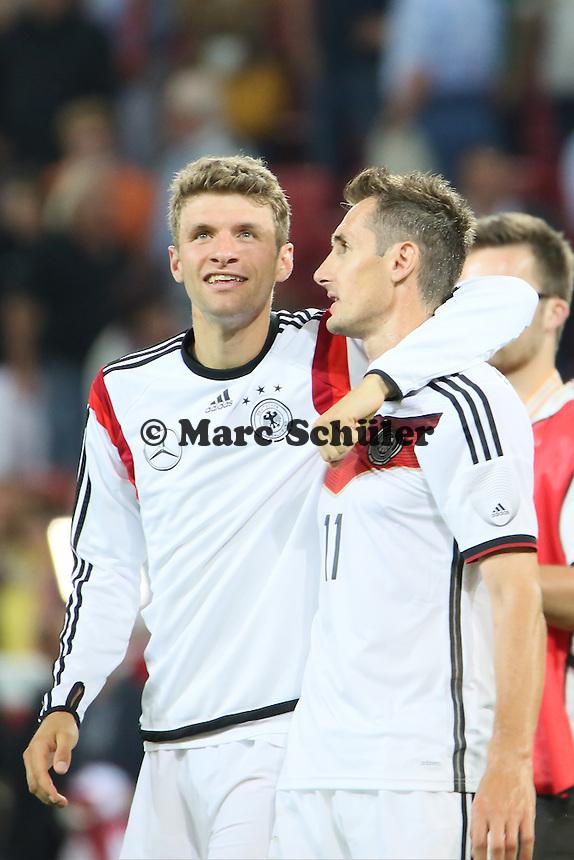 Thomas Müller beglückwünscht Miroslav Klose (D) - Deutschland vs. Armenien in Mainz