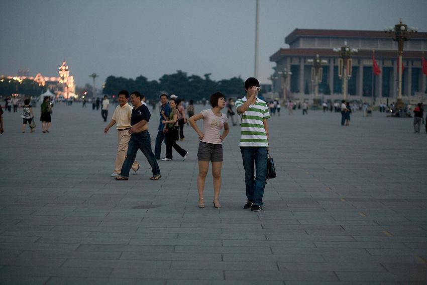 Place Tiananmen, peu avant l'évacuation pour la nuit. Mai 2009.