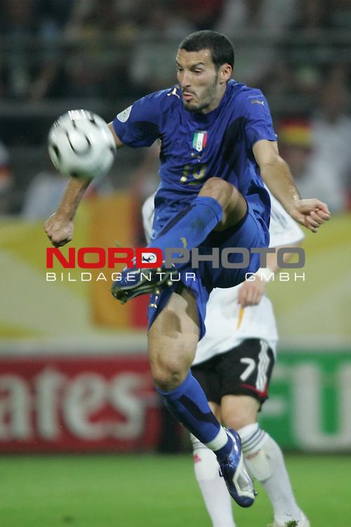 FIFA WM 2006 -  Semi Finals / Halbfinale<br /> Play    #61 (04-Juli) - Deutschland - Italien 0:2 n.V.<br /> <br /> Gianluca Zambrotta von Italien in Einzel Aktion.<br /> Gianluca Zambrotta stoppt den Ball in der Luft.<br /> <br /> Foto &copy; nordphoto