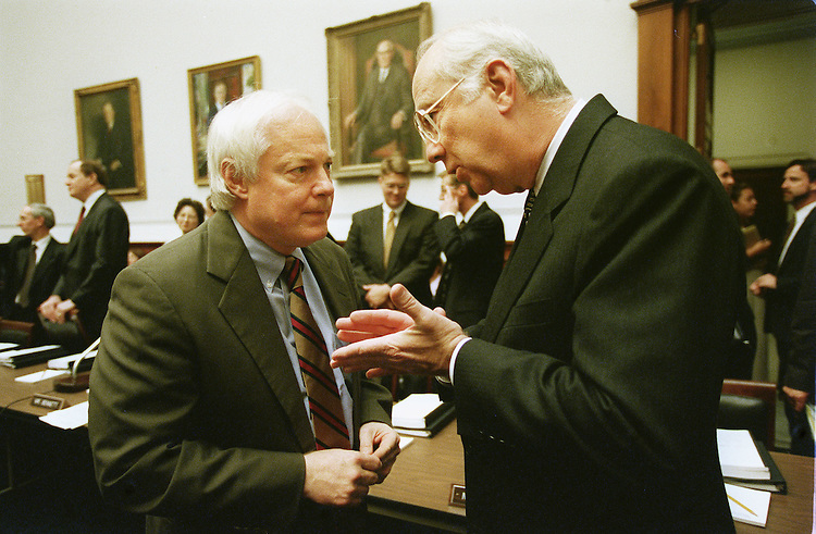 8/3/99.BANKING CONFERENCE--House Banking & Financial Services Chairman Jim Leach, R-Iowa, left, and Senate Banking, Housing and Urban Affairs Chairman Phil Gramm, R-Texas, consult before the conference..CONGRESSIONAL QUARTERLY PHOTO BY SCOTT J. FERRELL