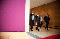 Berlin, Der SPD-Kanzlerkandidat Peer Steinbrück (v.r.) kommt am Montag (13.05.13) in der Parteizentrale im Willy-Brandt-Haus zu einer Pressekonferenz neben den Mitgliedern seines Kompetenzteams, der Designforscherin Gesche Joost, dem Parlamentarischen Geschäftsführer der SPD-Bundestagsfraktion, Thomas Oppermann und dem Chef der Gewerkschaft Bau-Agrar-Umwelt, Klaus Wiesehügel. Foto: Steffi Loos/CommonLens