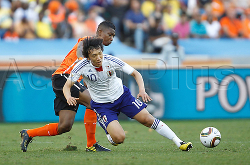 19 06 2010  Japan s Shunsuke Nakamura Front vies with A Player of Netherlands during their 2010 World Cup Group E Soccer Match AT Moses Mabhida Stage in Durban South Africa ON June 19 2010