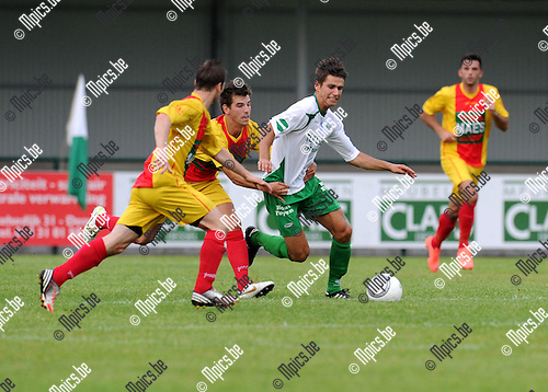 2012-08-04 / Voetbal / seizoen 2012-2013 / Dessel Sport - Bornem / Ampe (l.) en Lodders proberen Zico Gielis (Dessel) af te stoppen..Foto: Mpics.be