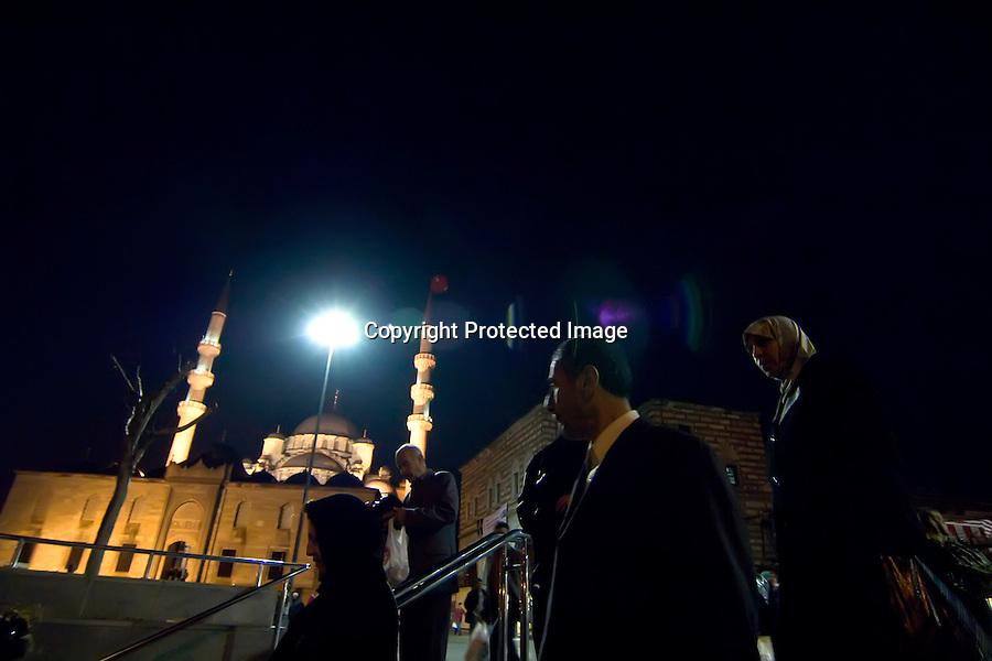TURQUIA-ESTAMBUL.Vista nocturna de la mezquita de Rustem Pasa Cami en Estambul.foto JOAQUIN GOMEZ SASTRE©