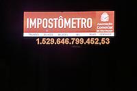 SAO PAULO, SP, 16.12.2013 - IMPOSTOMETRO - Impostometro ultrapassa a marca de um trilhao e meio de reais em impostos arrecadados no ano de 2013, na madrugada desta segunda-feira, 16 na regiao central de Sao Paulo. (Foto: Thiago Ferreira / Brazil Photo Press).