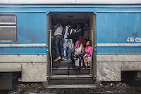 Folla di migranti di colore all'interno di un vagone ferroviario, tra Macedonia e Serbia giugno 2015<br />