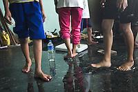 Losrqu'il y a une grosse averse, l'eau entre par le couloir extérieur de l'astrodrôme et innonde la pièce où vit la famille Verzuza.Tacloban, Novembre 2013. VIRGINIE NGUYEN HOANG
