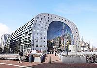 Nederland Rotterdam 26 maart 2018. De Markthal in Rotterdam is een woon- en winkelgebouw met inpandige markthal, gesitueerd bij Blaak. Naast een overdekte markt herbergt het complex 228 appartementen, winkels en horeca. Het gebouw is een ontwerp van MVRDV architecten. Foto Berlinda van Dam / Hollandse Hoogte