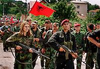 Skenderay / Kosovo - giugno 1999.Entrata dei reparti dell'UCK nel cuore di Drenica..Dopo l'invasione del Kosovo da parte delle truppe della Nato, i guerriglieri dell'Esercito di Liberazione del Kosovo hanno ripreso possesso delle loro aree di ingerenza operando vendette indiscriminate nei confronti dei serbi rimasti..Secondo gli accordi di pace firmati a Kumanovo tra Serbia e forze della NATO, i reparti dell'UCK dovevano essere disarmati e smobilitati ma hanno continuato per anni le violenze indiscriminate anche contro gli albanesi moderati legati all'ex Presidente Rugova..Foto Livio Senigalliesi..Skenderaj / Drenica / Kosovo - June 1999.Triumphal entry of KLA in the heart of Drenica, the area where began the struggle of ethnic albanians for indipendence. According to the Kumanonvo peace agreement between Serbia and Nato, KLA guerriglia groups have to be disarmed but they contunue for years the violence and killings of serbs and democratic albanians. Many orthodox churches have been destroyed..Photo Livio Senigalliesi
