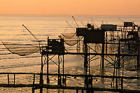 Europe/France/Poitou-Charentes/17/Charente-Maritime/Port-des-Barques : Carrelets au soleil couchant