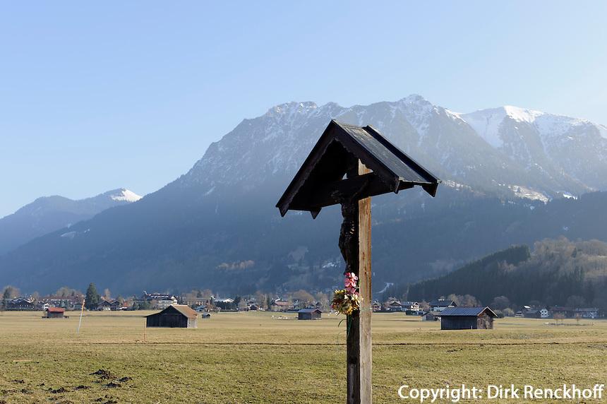Wegkreuz auuf Weiden s&uuml;dlich von Oberstdorf im Allg&auml;u, Bayern, Deutschland<br /> wayside cross at pastures near Oberstdorf, Allg&auml;u, Bavaria,  Germany