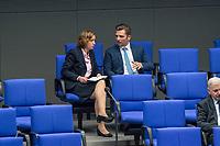 Sitzung des Deutschen Bundestag am Donnerstag den 19. April 2018.<br /> Im Bild vlnr.: Die stellvertretende Fraktionsvorsitzende der rechtsnationalistischen &quot;Alternative fuer Deutschland&quot;, AfD, Beatrix Amelie Ehrengard Eilika von Storch im Gespraech mit dem AfD-Abgeordneten Jan Ralf Nolte.<br /> Nolte nahm waehrend der Sitzung Stellung zu den Vorhaltungen aus dem Plenum, er wuerde einen Rechtsextremisten als Angestellten beschaeftigten, der Aufgrund seiner rechtsextremen Umtriebe keine Sicherheitsfreigabe des Deutschen Bundestag und somit auch keine Zugangsberechtigung zum Bundestag bekommen hat.<br /> 19.1.2018, Berlin<br /> Copyright: Christian-Ditsch.de<br /> [Inhaltsveraendernde Manipulation des Fotos nur nach ausdruecklicher Genehmigung des Fotografen. Vereinbarungen ueber Abtretung von Persoenlichkeitsrechten/Model Release der abgebildeten Person/Personen liegen nicht vor. NO MODEL RELEASE! Nur fuer Redaktionelle Zwecke. Don't publish without copyright Christian-Ditsch.de, Veroeffentlichung nur mit Fotografennennung, sowie gegen Honorar, MwSt. und Beleg. Konto: I N G - D i B a, IBAN DE58500105175400192269, BIC INGDDEFFXXX, Kontakt: post@christian-ditsch.de<br /> Bei der Bearbeitung der Dateiinformationen darf die Urheberkennzeichnung in den EXIF- und  IPTC-Daten nicht entfernt werden, diese sind in digitalen Medien nach &sect;95c UrhG rechtlich geschuetzt. Der Urhebervermerk wird gemaess &sect;13 UrhG verlangt.]